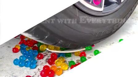 趣味脑洞实验:牛人驾驶小汽车碾压可乐水球