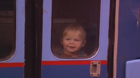 小宝宝爬到大街上,竟独自上了公交车,三个笨贼一路狂追