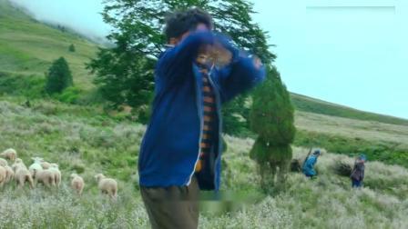 自治区小伙喜欢跳舞,不料音响出现问题,下秒羊都不放了!