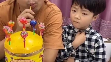 幸福童年:哥哥我也想吃棒棒糖。
