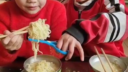 童年记忆:小姐姐对妹妹真好,还帮她剪面条