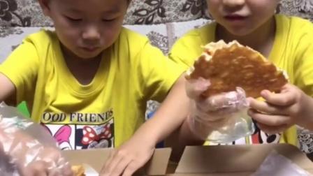 快乐的童年:小哥哥披萨好吃不,我要吃我没吃过