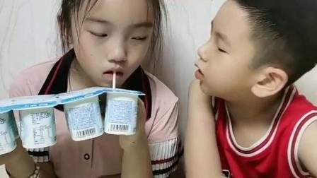 童年的趣事:明明有很多不分,非得抢着吃?