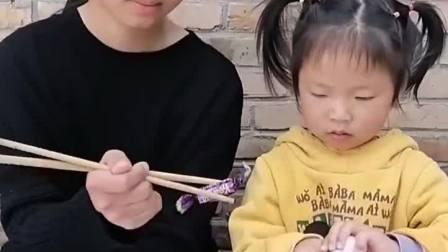 趣味童年:妹妹会让姐姐吃吗