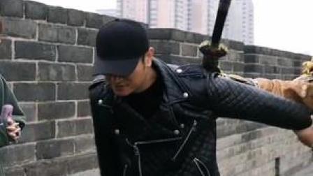 城墙之上,金甲武士,护你周全!#西安城墙 #小薇带你逛曲江 #金甲武士