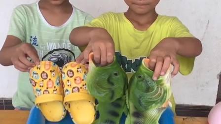 回味无穷的童年:宝宝这么小就会刷鞋啦!