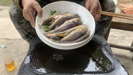 36买几斤小黄鱼,石板上倒下那一刻,摄影师说看饿了