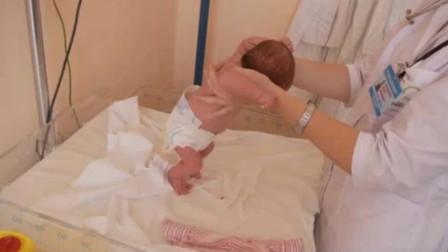 医生给宝宝检查踏步反射,只有新生儿才有的特殊反应,反应太神奇了
