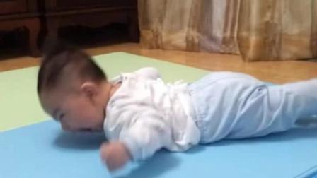 小宝宝自由泳式爬行,小脚拼命扑腾身体原封不动,那动作太逗了