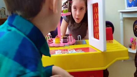 国外儿童时尚:小男孩发现了超级美味的蛋糕,来一起玩吧