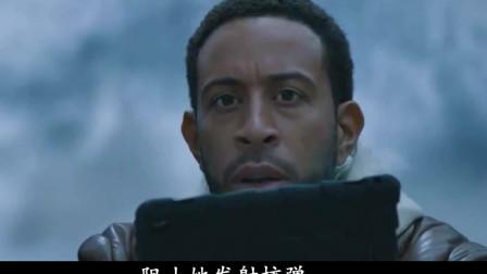 速度与激情:多姆开着超跑,单骑闯入军事基地,抢夺核潜艇!