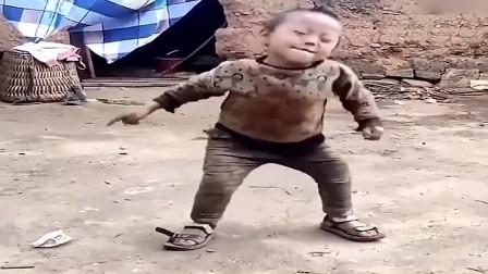 """天生舞者农村小孩跳舞太""""魔性"""",自信的表情太可爱了!"""