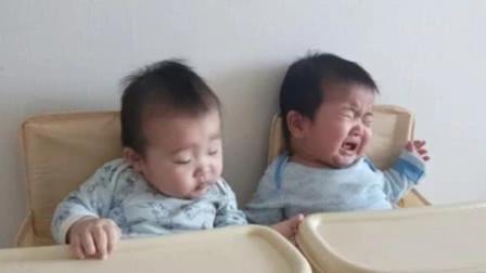 6个月双胞胎吃辅食,妈妈偏心的太明显,另外一个宝宝直接崩溃了