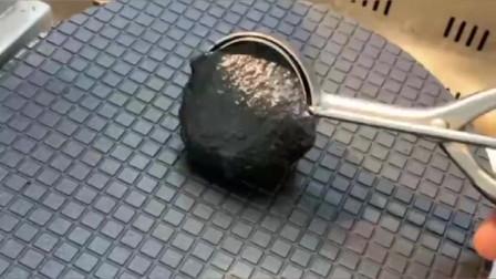 现烤冰淇淋,铁板一压太神奇了,原来蛋卷筒是这样做的!