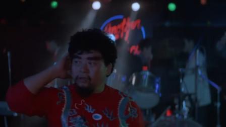 酒吧举办秀场,蠢还站在中间一脸认真的找人,这智商没谁了
