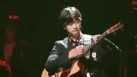 """明日之子乐团季,一起欣赏,张嘉元如何弹吉他上演""""摸头""""!"""