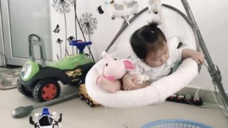 昏昏欲睡的宝宝坐在摇椅上,摇摇晃晃终于还是倒下了,太可爱了!