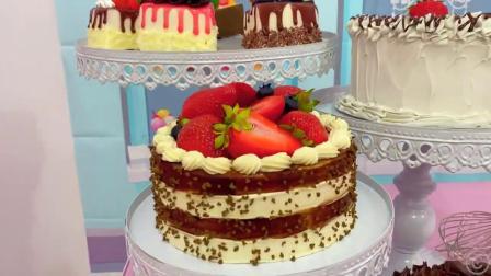 小萝莉准备做一个漂亮的蛋糕,看她放了好多装饰的糖果