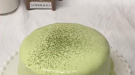 抹茶爆浆蛋糕配方及过程:1. 蛋糕胚部分:30克色拉油,4克抹茶粉,搅拌均匀,倒入55克开水,搅匀。