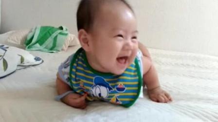 怎么会有这么可爱的宝宝!学翻身学到一半,就开始对妈妈咧嘴笑!