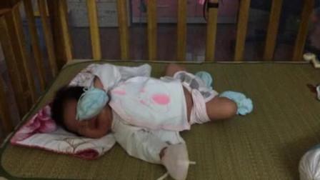 刚满月的宝宝睡觉,使劲哼哼唧唧各种伸各种扭,那模样太逗了!