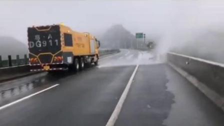 广东高速公路结冰了,出动了这台狂风吹雪车!