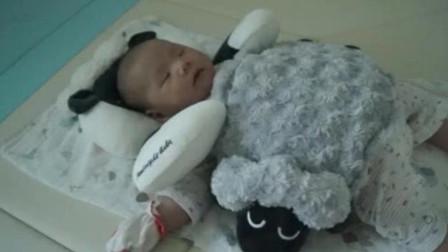 出生15天的宝宝好乖,小手小脚一动不动,那表情真的太萌了!
