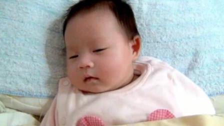 可爱小宝宝睡到一半突然发笑,翻个白眼扭回头继续接着睡,太萌了