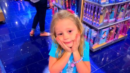 小萝莉很开心,爸爸带她去挑选漂亮的裙子准备美味的蛋糕庆祝生日