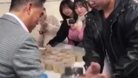 河南一高校老师送考研学子状元及第粥,一学生拿出大大大号杯子