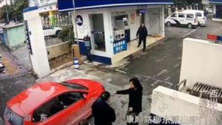柳东杨琳教导员奔向行动不便群众,协助其快速办理业务! @警民携手同行 @中国网