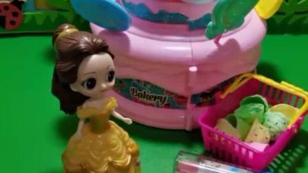 萌宝亲子互动:白雪公主生日,贝儿给白雪准备了蛋糕和口红,贝儿真好!
