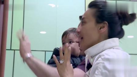 米雅不想上幼儿园,老师抱走米雅,马雅舒强忍泪水鼓励米雅!