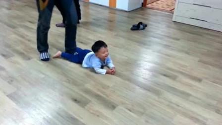 爸爸带娃宝宝瞬间沦为玩具,宝宝还以为爸爸在跟他玩,长大不容易啊