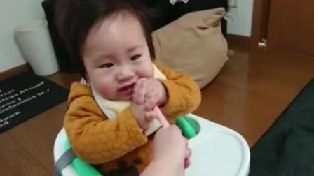 小宝宝把匙羹塞进嘴里吃的真爽,妈妈一把拿走,宝宝下秒反应太逗了