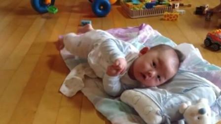 百天宝宝第一次翻身,一下就成功自己都懵了,那表情把爸妈都逗笑了