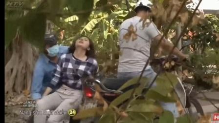 美女在路上被男子捂晕抱到摩托车上