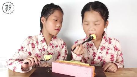 双胞胎姐妹穿相同的衣服,夹心奶油蛋糕