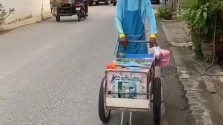 泰国的手工榴莲冰淇淋,这叮叮当的声音,让我怀念国内的冰糖葫芦了。