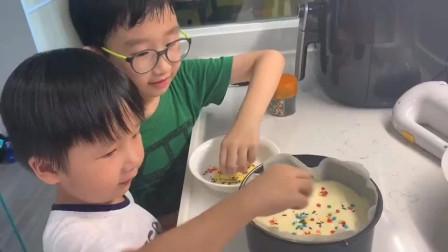 香港人的生活:香港宝妈用气炸锅做芝士流心蛋糕,好看又好吃,印佣跟孩子超开心