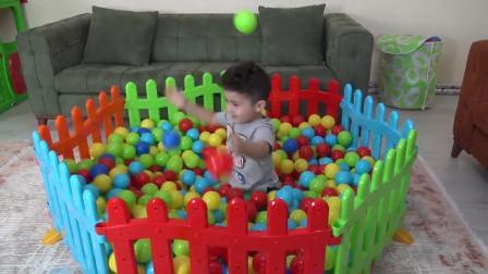外国小男孩建设好多游乐场好多彩色小球球儿童玩具