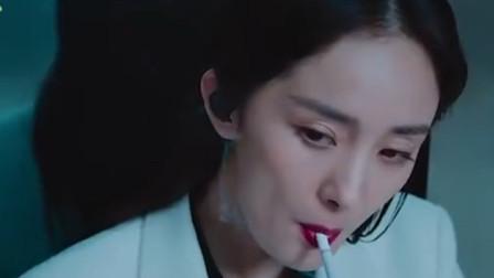 这女人抽烟动作有点帅