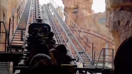 南京欢乐谷过山车故障致32人被困半空 有人从轨道走下来