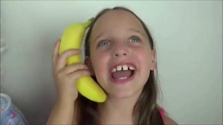 宝宝亲子游戏:外国大牙姐姐和妹妹还有奶奶吃香蕉冰淇淋!