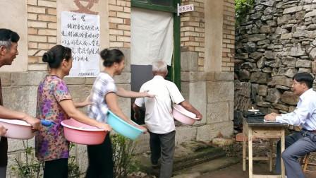 村里澡堂60岁以上免费用,村霸想靠关系进去,最后结局尴尬了