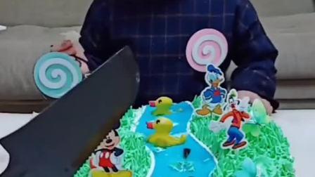 童年趣事:好漂亮的蛋糕可儿都舍不得吃了