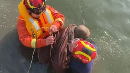 消防员在冰冷河水中救出落水男子#平安守护 #水域救援