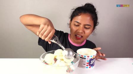 外国小姐姐制作美味的糖果冰淇淋