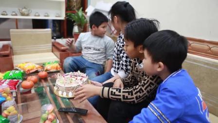 孩子们准备零食盒生日蛋糕给好朋友过一个惊喜的生日聚会