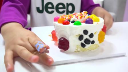 小萝莉用糖果和巧克力豆装饰给哥哥准备的生日蛋糕